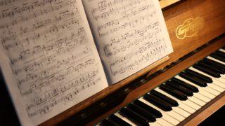 テヌートの音楽記号の意味とは?スタッカートとの違いは何?ピアノで見かける?