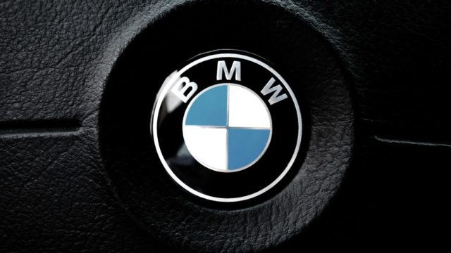 BMWロゴマーク(エンブレム)の意味や由来とは?黒色もあるって知ってた?