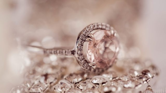 ダイヤモンド(パワーストーン)の意味とは?恋愛(結婚)効果は最強?相性や組み合わせも!