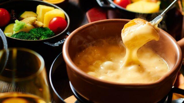 フォンデュ(鍋)の意味とは?チーズ以外の種類やフォンデュブロックの評判も!