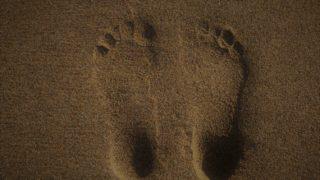 裸足/素足/生足の違いと使い分けは靴の有無?意味や由来は?使い方の例文も!