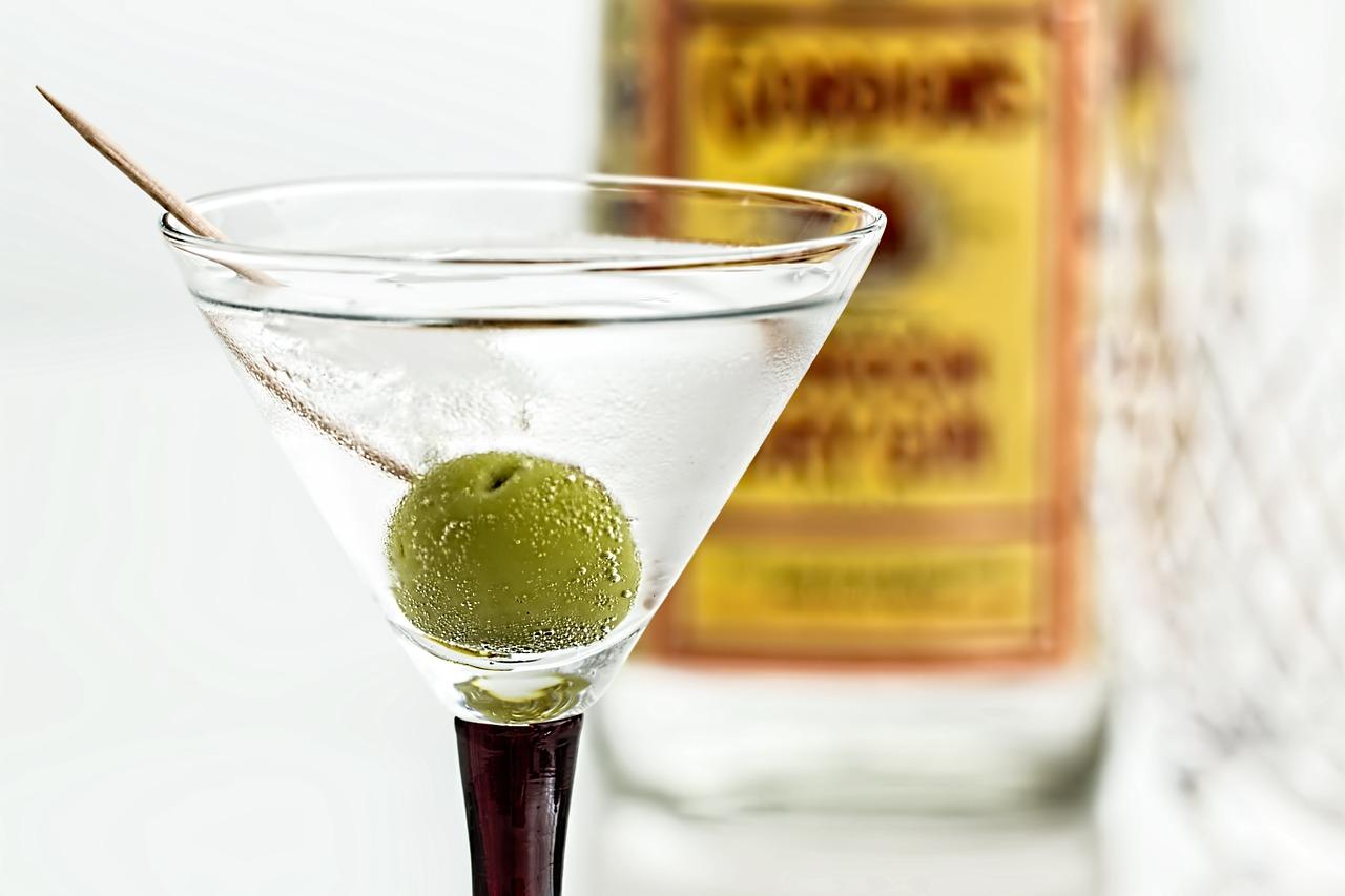ベルモットの飲み方やカクテル言葉とは?味や度数・種類も調査!