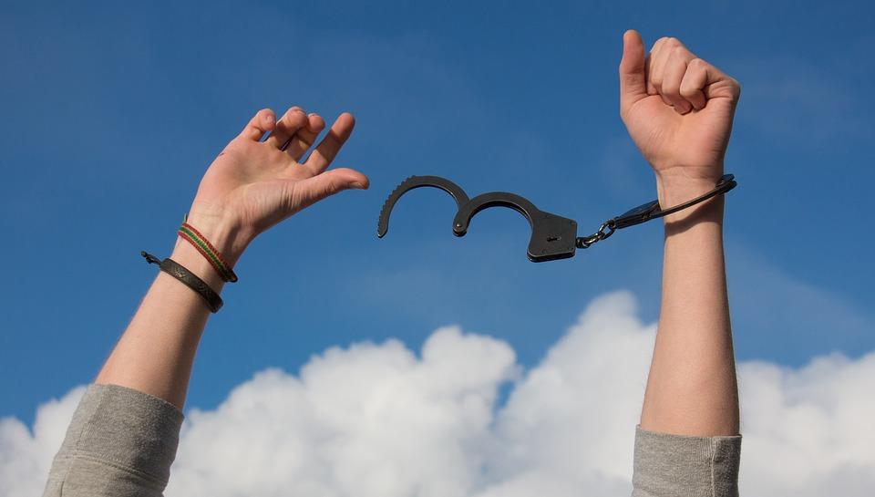 解放と開放の違いとは?意味や類語は?ドア/ゲーム/メモリはどっちを使う?