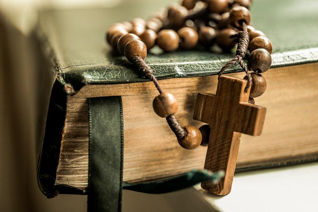 ロザリオの意味とは?タトゥーにも使われる?ネックレスで形は十字架?