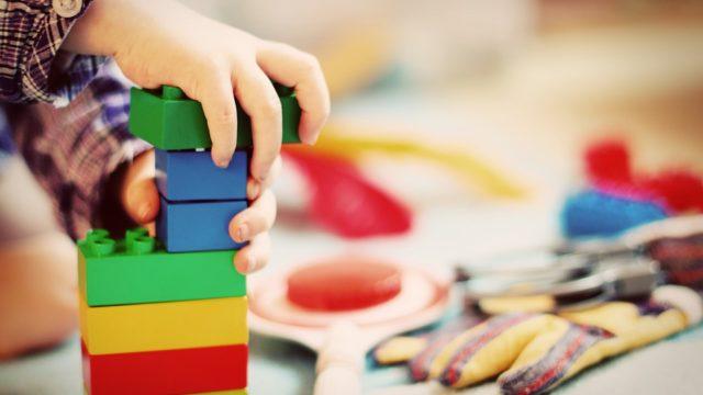 幼稚園や保育園の違いとは?資格や費用・割合は?メリットデメリットも!